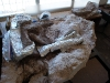 Lo Scorpiovenator ancora nel bozzolo, nel laboratorio di paleontologia di El Chocón