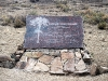La targa in onore di Darwin, ai margini del Bosque Darwin, vicino a Uspallata